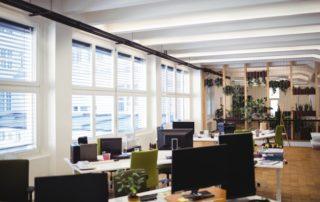 Espace de bureau vide avec chaises, tables et fenêtres