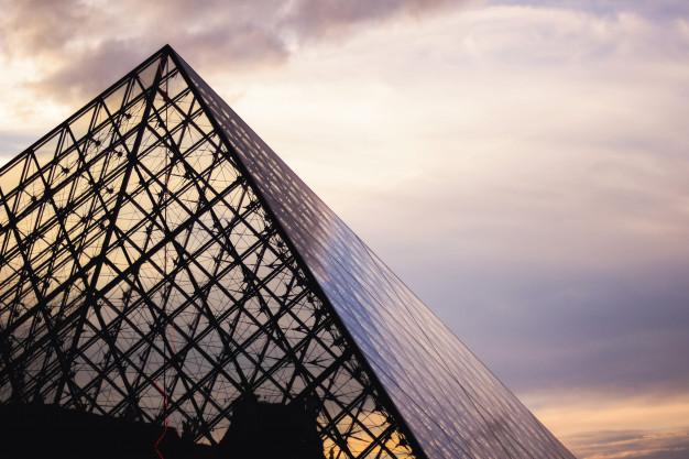 Pointe de la pyramide du Louvre
